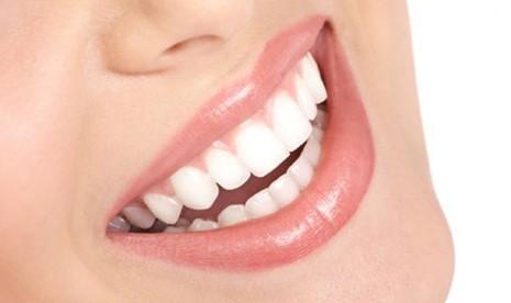 Cara Memutihkan Gigi dengan 7 Bahan Alami